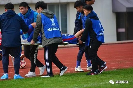 申花小将脚踝受伤被送往医院